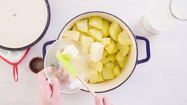сливочное масло добавляется в вареную картошку
