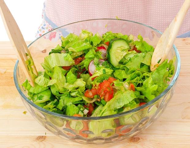 салат из помидоров, огурцов, редиски и зелени