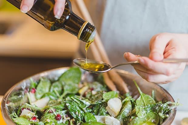 салат из шпината заправляется оливковым маслом