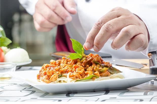 спагетти с томатным соусом и зеленью на тарелке