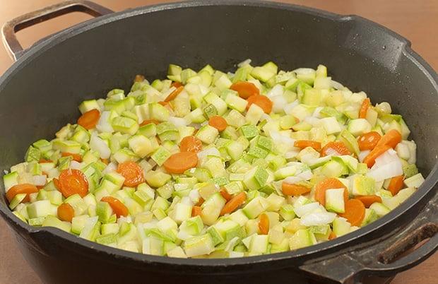 нарезанные кабачки с морковью в кастрюле