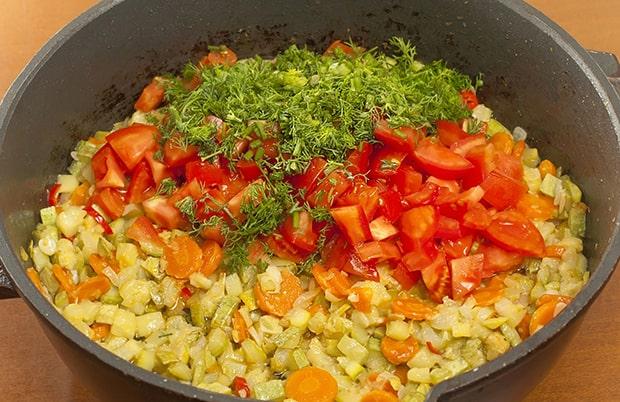 нарезанные кабачки, помидоры, морковь и зелень в кастрюле