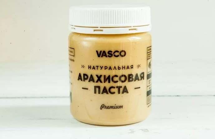 Упаковка пасты с арахисом на столе от Васко