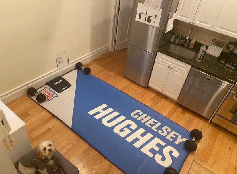 Челси Хьюз сделала зал в квартире